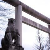満開のソメイヨシノなどが楽しめる東京の桜名所、靖国神社/靖國神社の石鳥居と狛犬