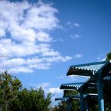 清々しい新緑・芝生と白い砂浜・青い海が気持ちよく、5月の青空と花木が映える、都内初の海浜公園「大森ふるさとの浜辺公園」に隣接する貴船堀公園
