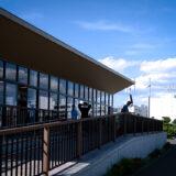 清々しい新緑・芝生と白い砂浜・青い海が気持ちよく、5月の青空と花木が映える、都内初の海浜公園「大森ふるさとの浜辺公園」にあるレストハウス