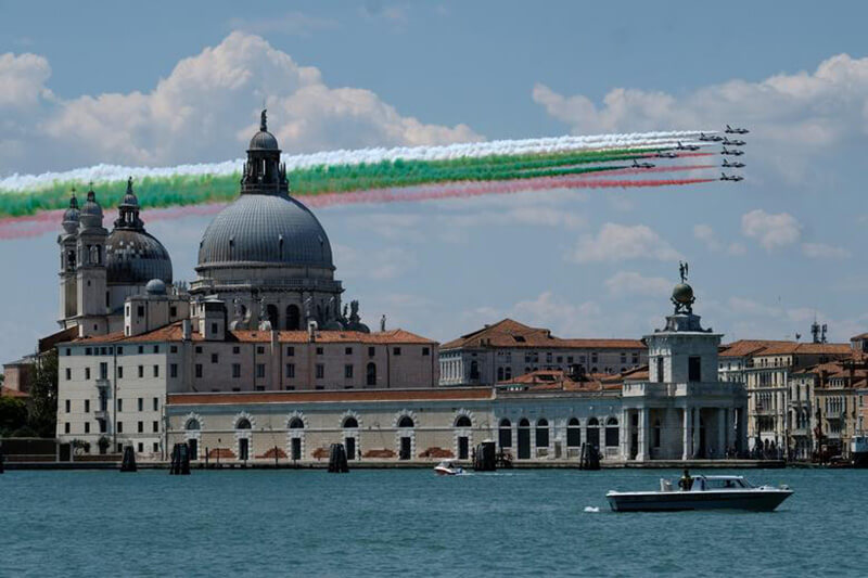 新型コロナウイルス感染症に対応中の医療従事者とエッセンシャルワーカーへの感謝と激励を伝えるため、イタリア上空で編隊飛行をおこなった伊軍のエアフォース