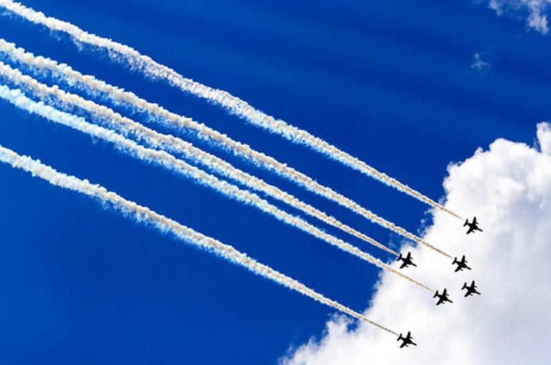 新型コロナウイルス感染症に対応中の医療従事者と多くの国民に感謝と激励を伝えるため、東京の都心上空で編隊飛行をおこなった航空自衛隊のブルーインパルス