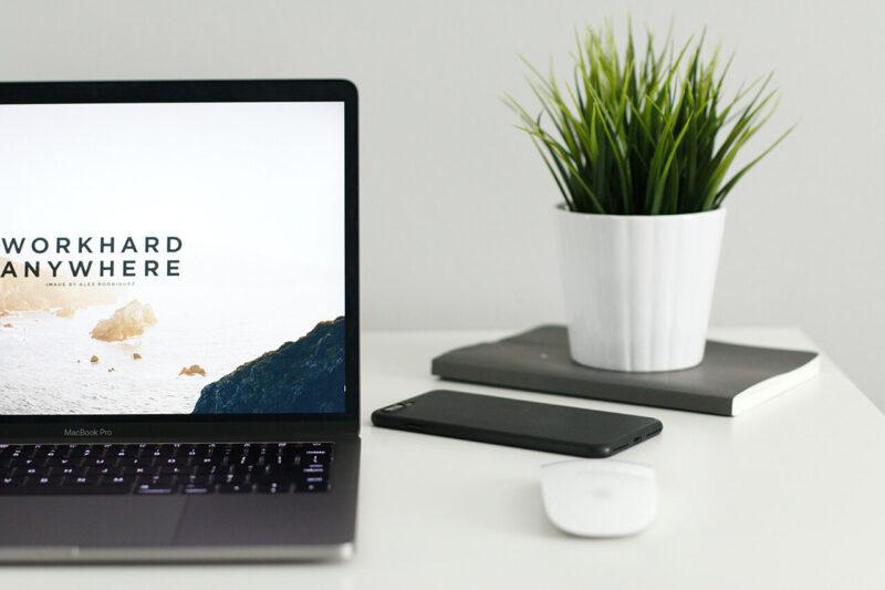 MacBookでブログ・WEBマガジン・WEBサイトの記事執筆・更新をおこなう作業風景