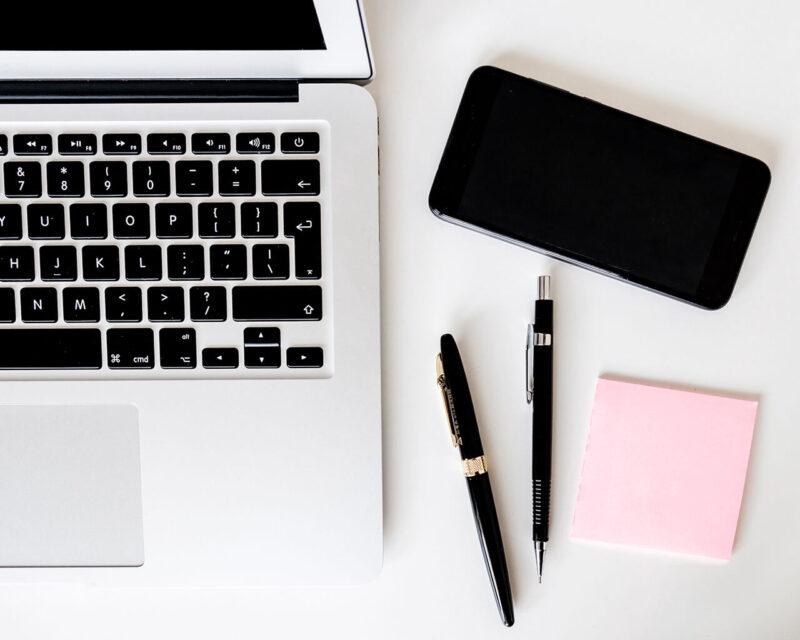 MacBookとiPhoneでブログ・WEBマガジン・WEBサイトの記事執筆・更新をおこないながらペンでメモをとる作業風景