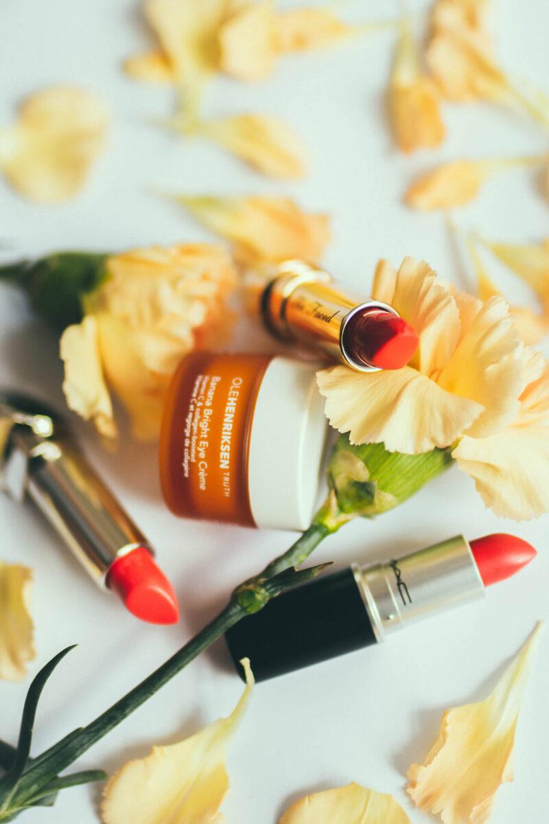 30代40代50代を中心に、毛穴の角栓詰まりやたるみ毛穴の対策にも効果があると人気が高い、毎日の化粧時に欠かせない毛穴ケア美容液とメイクアップアイテムの口紅