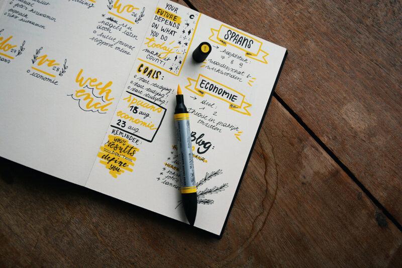 自由に書き込めてカスタマイズやコラージュ、イラスト、ハンドレタリングが楽しめる手帳