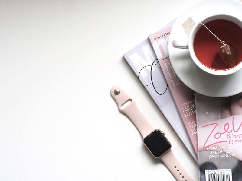 大好きな紅茶と、お気に入りの雑誌に時計が置かれたテーブル