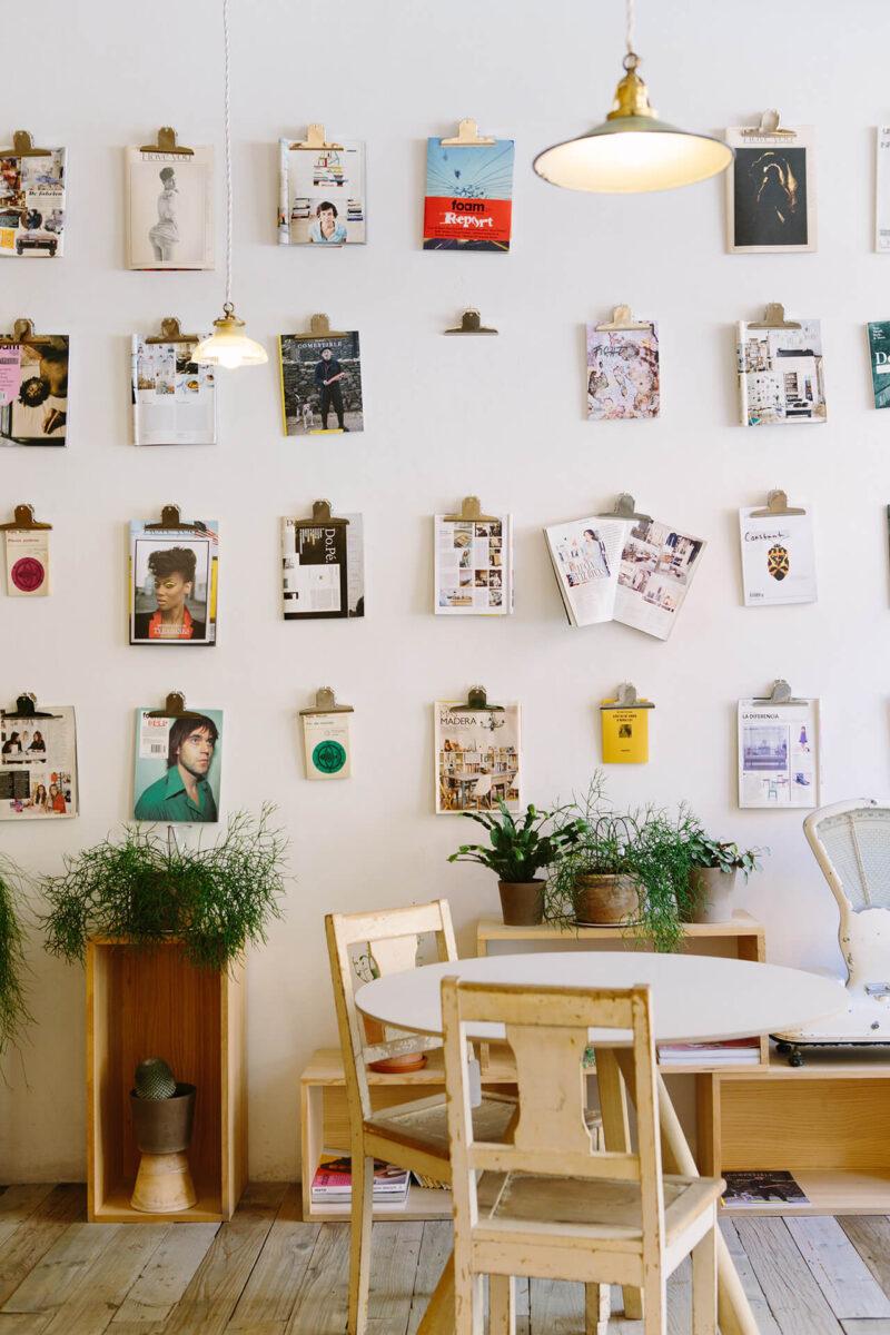 壁一面にお気に入りの雑誌と写真を飾ったリビングの風景