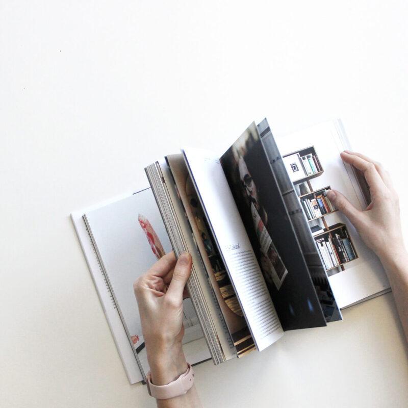 お気に入りの女性雑誌をパラパラめくりながら眺める女性