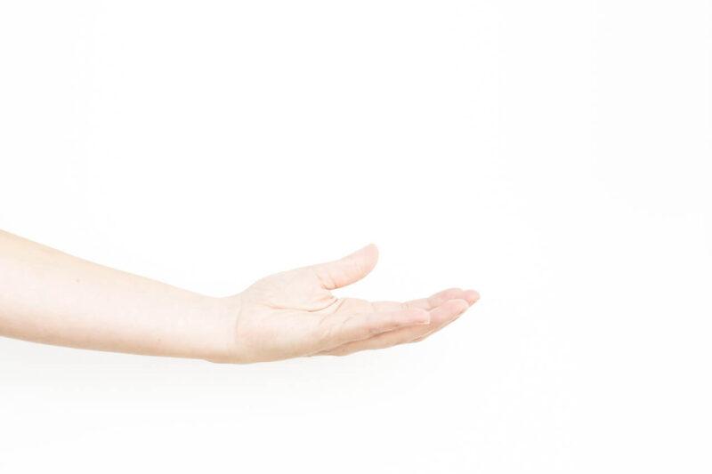 毛穴詰まり・毛穴開き・黒ずみ・角栓・たるみ毛穴・くすみ・ハリ不足・シワを解消する、毛穴レスの美肌に効果的な化粧水の使い方に適した化粧水をハンドプレスする手