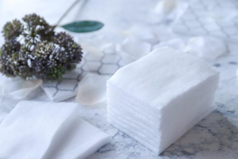 毛穴詰まり・毛穴開き・黒ずみ・角栓・たるみ毛穴・くすみ・ハリ不足・シワを解消する、毛穴レスの美肌に効果的な化粧水の使い方に適した化粧水を使用したローションパックのコットン