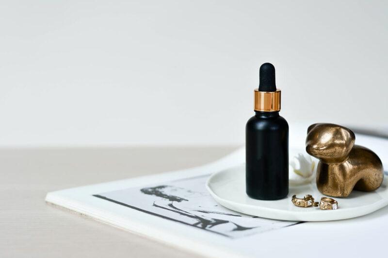 毛穴詰まり・毛穴開き・黒ずみ・角栓・たるみ毛穴・シミ・そばかす・くすみ・ハリ不足・シワを解消する、毛穴レスの美肌に効果的な美容液の使い方に適した美容液と雑貨