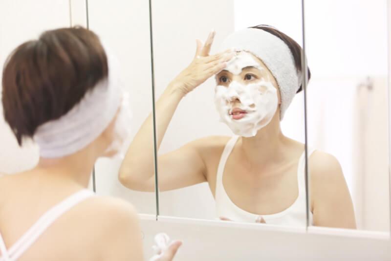 毛穴詰まり・毛穴開き・黒ずみ・角栓・たるみ毛穴・シミ・そばかす・くすみ・ハリ不足・シワ・乾燥を改善する、毛穴レスの美肌に効果的な洗顔方法に適した洗顔料を泡立てて顔を洗う女性