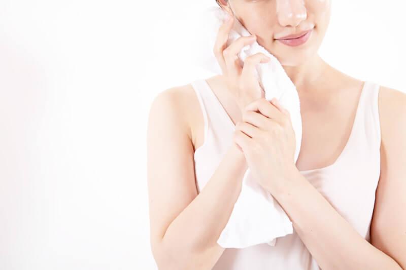 毛穴詰まり・毛穴開き・黒ずみ・角栓・たるみ毛穴・シミ・そばかす・くすみ・ハリ不足・シワ・乾燥を改善する、毛穴レスの美肌に効果的な洗顔方法に適した洗顔料を泡立てて顔を洗いすすぎをした後にタオルで丁寧に水気をぬぐう女性