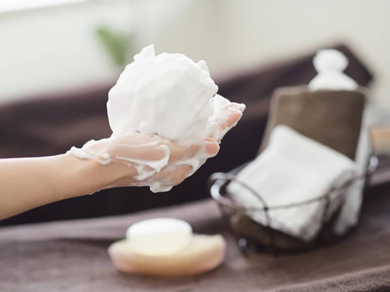 毛穴詰まり・毛穴開き・黒ずみ・角栓・たるみ毛穴・シミ・そばかす・くすみ・ハリ不足・シワ・乾燥を改善する、毛穴レスの美肌に効果的な洗顔方法に適した洗顔料を泡立てる様子