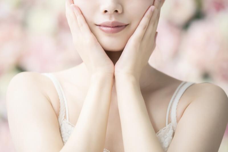 毛穴詰まり・毛穴開き・黒ずみ・角栓・たるみ毛穴・シミ・そばかす・くすみ・ハリ不足・シワ・乾燥を改善する、毛穴レスの美肌に効果的な洗顔方法に適した洗顔料で顔を洗って肌が綺麗になった女性