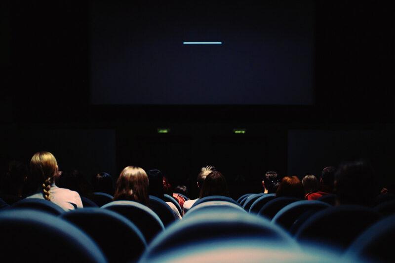 話題の映画を楽しみに待つ、上映直前の映画館館内