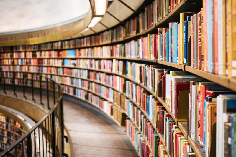 幅広いジャンルの小説・漫画・専門書籍・レシピ本・カタログなどが本棚にずらりと並ぶ、広々とした大規模図書館