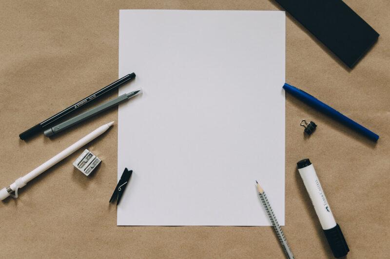 WEBマガジン・ブログのコラム執筆のために紙とペンを使ってアイデア出し