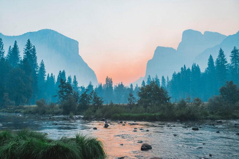 美しい夕暮れ時の山並みと林、湖が印象的な自然風景
