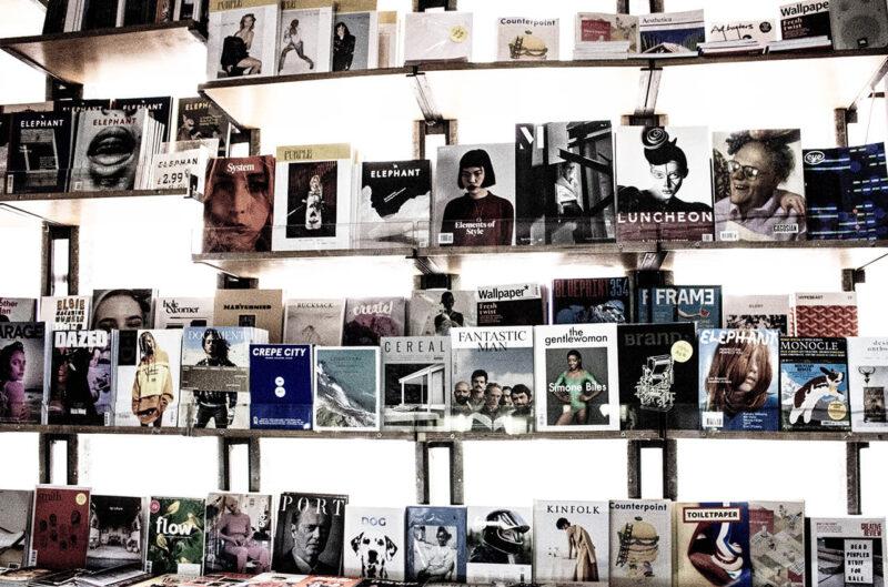 コスメ・美容系をはじめライフスタイル系のコンテンツが充実した女性向け雑誌が並ぶ書店の本棚
