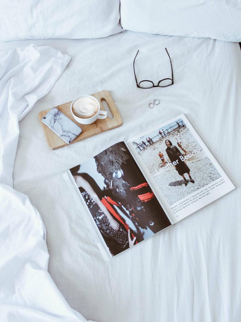 コスメ・美容系をはじめライフスタイル系のコンテンツが充実した女性向け雑誌とカフェラテとメガネ