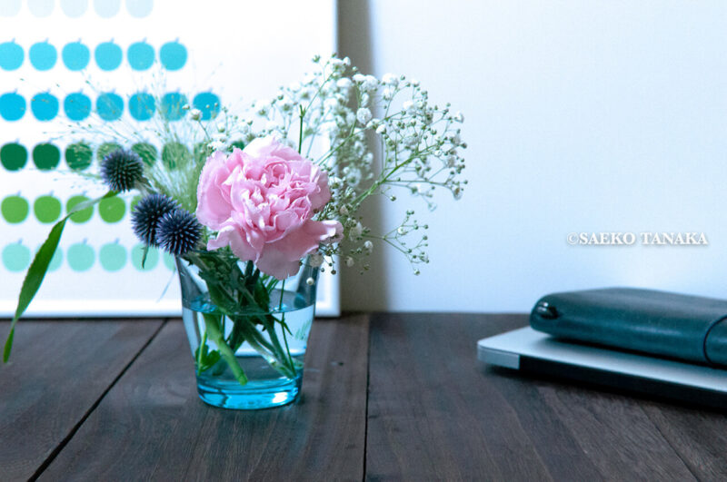 インスタグラムで話題のポストに届くお花の定期便サービス『Bloomee LIFE/ブルーミーライフ』レギュラープラン・2020年7月3日号のお花とトラベラーズノートとMacBook Air
