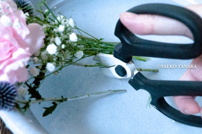 インスタグラムで話題のポストに届くお花の定期便サービス『Bloomee LIFE/ブルーミーライフ』レギュラープラン・2020年7月3日号のお花を青山フラワーマーケットの花切りばさみ(フラワーシザー)を使って水切りをおこなう様子