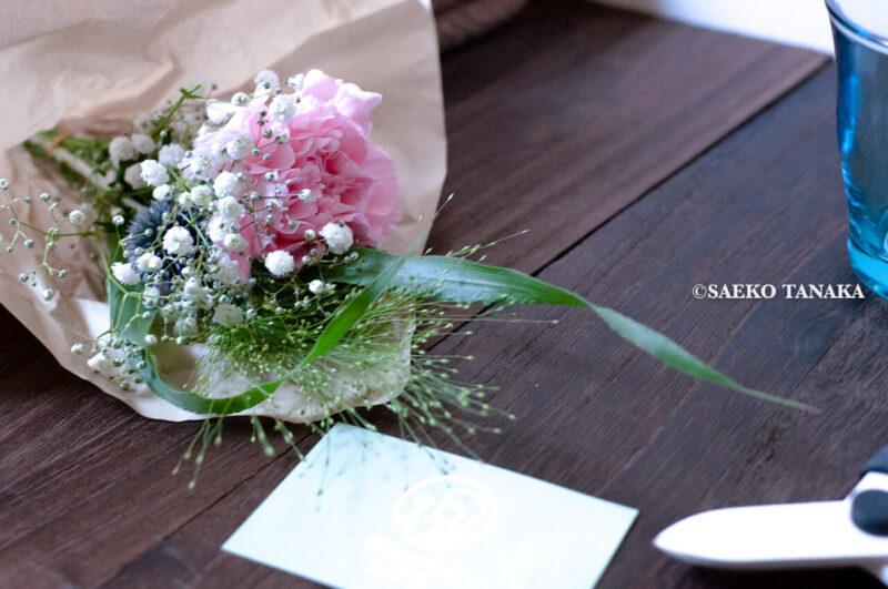 インスタグラムで話題のポストに届くお花の定期便サービス『Bloomee LIFE/ブルーミーライフ』レギュラープラン・2020年7月3日号のお花とショップカードと青山フラワーマーケットの花切りばさみ(フラワーシザー)