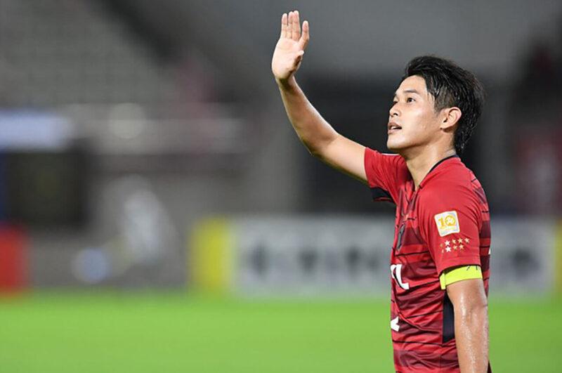 Jリーグ所属クラブチームの鹿島アントラーズでの出場試合に勝利しサポーターに挨拶するDF・右サイドバック内田篤人