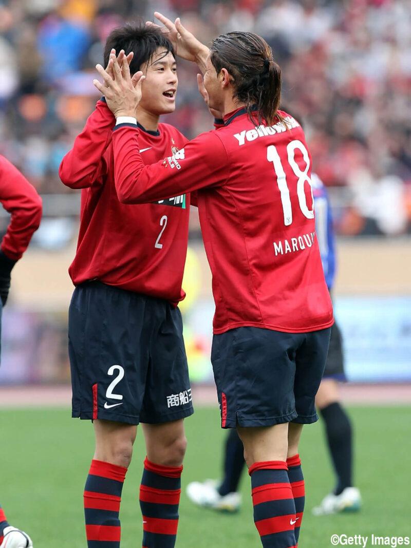 Jリーグ所属クラブチームの鹿島アントラーズでの出場試合に勝利しチームメイトと喜びあうDF・右サイドバック内田篤人