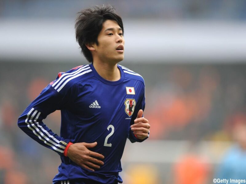 サッカー日本代表チームでの出場試合でピッチを走るDF・右サイドバック内田篤人