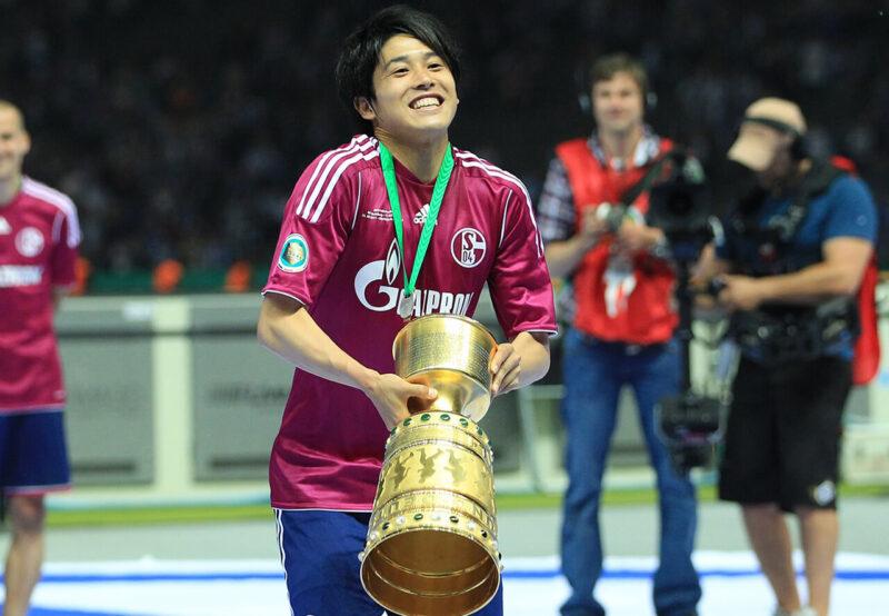 DFBポカール(ドイツカップ)で優勝し優勝カップを手にサポーターに挨拶するドイツ・ブンデスリーガ・シャルケ所属のDF・右サイドバック内田篤人
