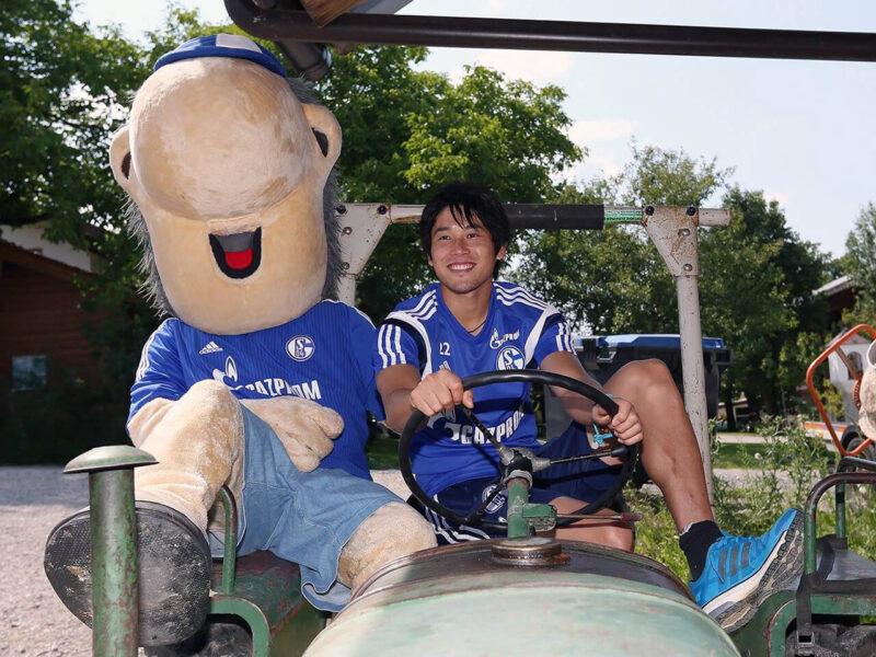 ドイツ・ブンデスリーガのシャルケでのイベントでチームマスコットのエルウィンと農耕車を運転しておどけるDF・右サイドバック内田篤人