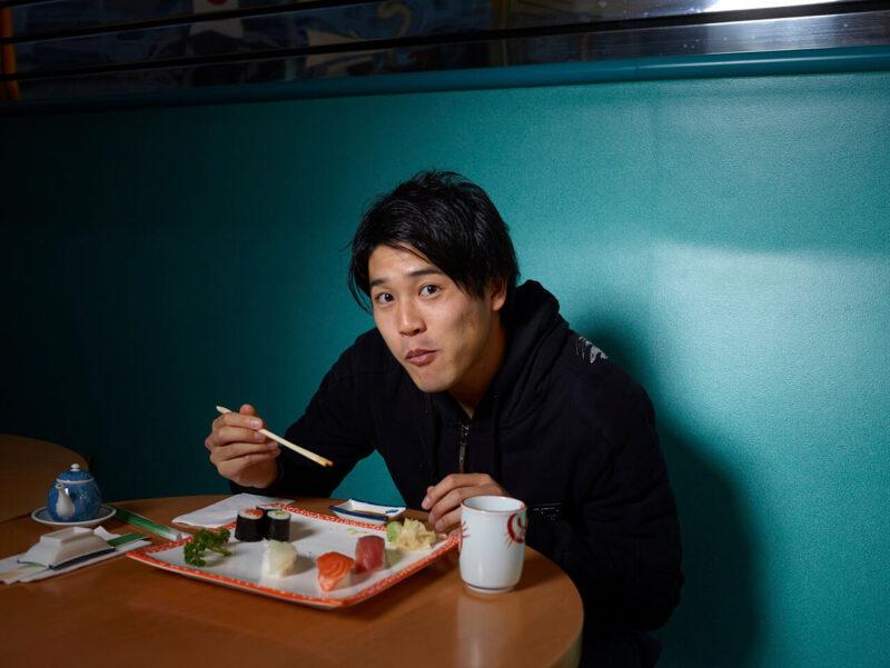 ドイツ・ブンデスリーガのシャルケで行われたファンサービスの一環で、ドイツの日本料理カフェで寿司を美味しそうに頬張るDF・右サイドバック内田篤人