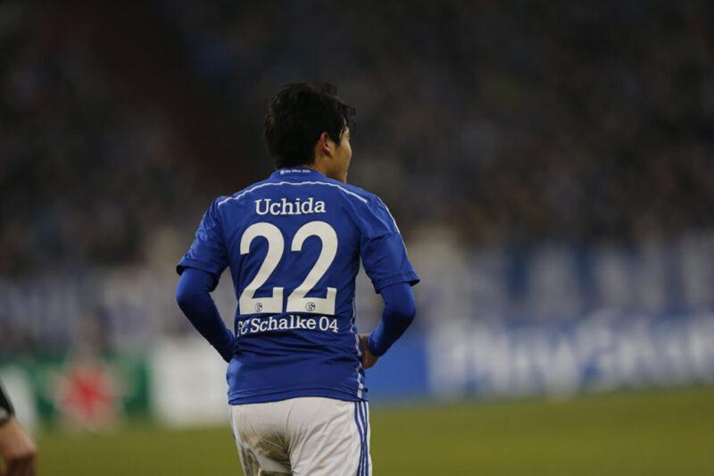 ドイツ移籍時に所属のブンデスリーガ・シャルケの公式試合に出場するDF・右サイドバックの内田篤人