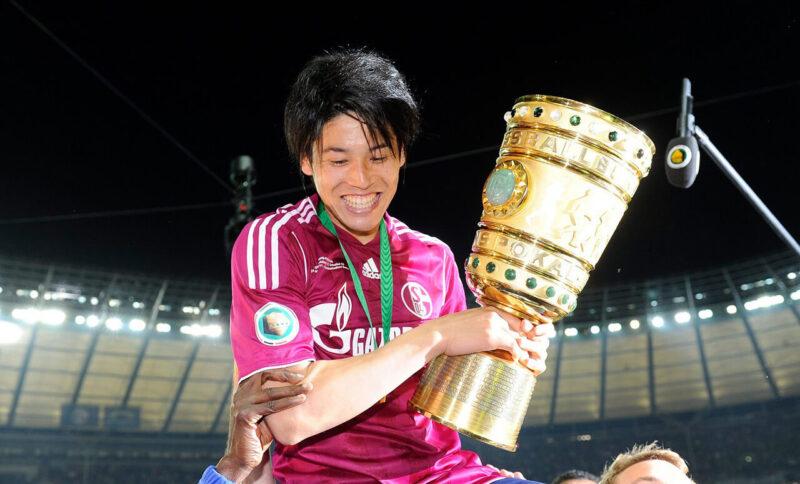 DFBポカール(ドイツカップ)で優勝し優勝カップを手にチームメイトのマヌエル・ノイアーらに担がれながらサポーターに挨拶するドイツ・ブンデスリーガ・シャルケ所属のDF・右サイドバック内田篤人