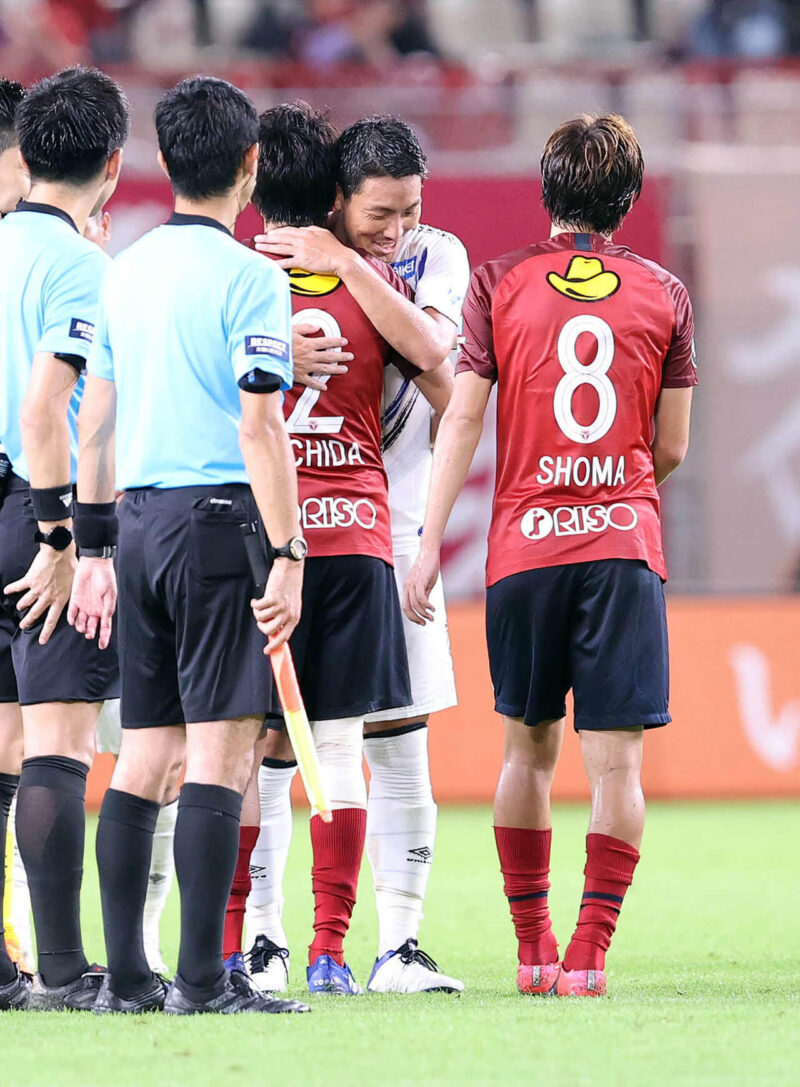 2020年8月23日・カシマサッカースタジアムにて開催された鹿島アントラーズVSガンバ大阪戦の引退試合後に現在ガンバ所属の昌子源と抱き合って挨拶する右サイドバック・DFの内田篤人