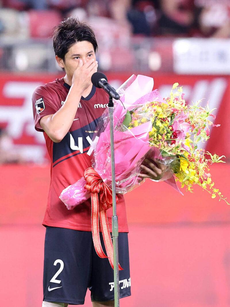 2020年8月23日・カシマサッカースタジアムにて開催された鹿島アントラーズVSガンバ大阪戦の引退試合後の引退セレモニーで涙をこらえながらサポーター・ファンに最後の挨拶をする右サイドバック・DFの内田篤人