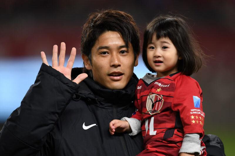 Jリーグ・鹿島アントラーズでの公式戦出場後、娘(長女)と一緒にファンへ挨拶をする右サイドバック・DFの内田篤人