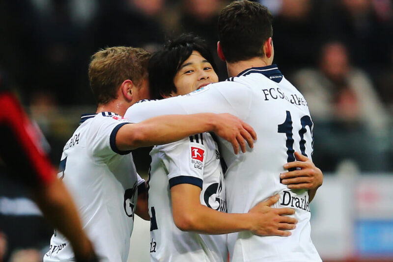 ドイツブンデスリーガのシャルケの公式戦に出場してゴールを決めたチームメイトとハグをして喜びあう右サイドバック・DFの内田篤人