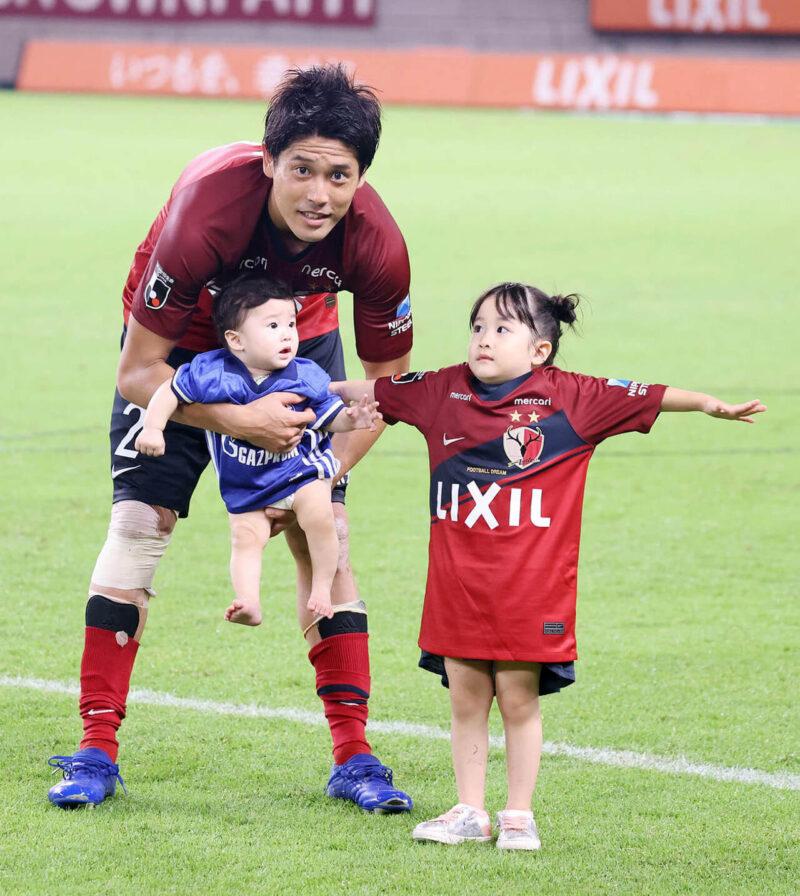 2020年8月23日・カシマサッカースタジアムにて開催された鹿島アントラーズVSガンバ大阪戦の引退試合と、その後の引退セレモニーを終え、長女次女の娘2人と一緒にスタジアム内を一周しながらサポーター・ファンに最後の挨拶をする右サイドバック・DFの内田篤人
