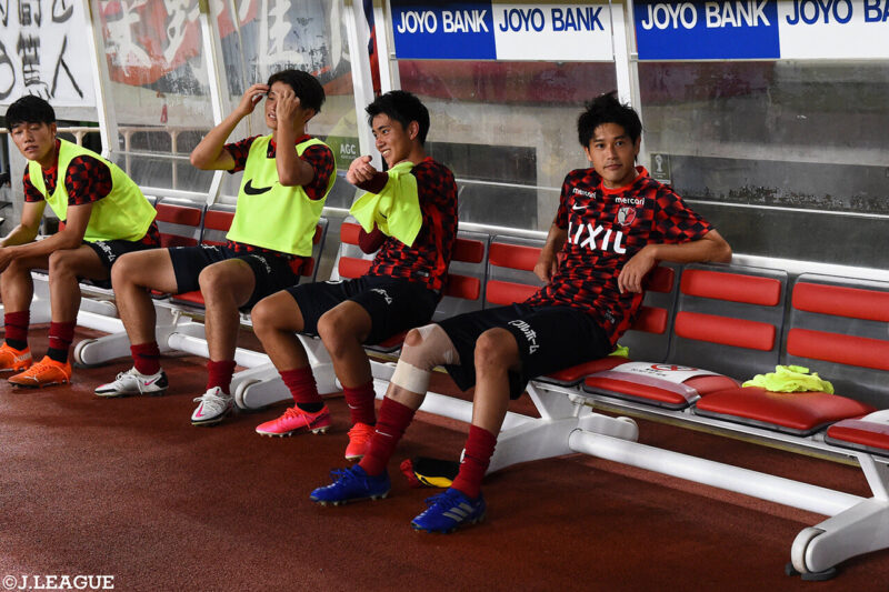 2020年8月23日・カシマサッカースタジアムにて開催された鹿島アントラーズVSガンバ大阪戦の引退試合に出場するために試合前のウォーミングアップ後、ベンチで待機する右サイドバック・DFの内田篤人