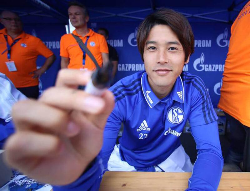 ドイツブンデスリーガのシャルケのファンミーティング(ファン感謝イベント)でサインをする右サイドバック・DFの内田篤人