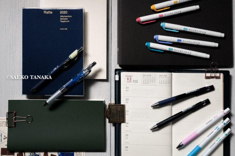 使い勝手がよく仕事にもプライベートにもブログ専用にも活用しやすい、おすすめの手帳・ノートブック(トラベラーズノート週間+メモリフィル・ハイタイドB6ブロックウィークリー・MDノートA5方眼・無印良品バインダー)とペン・マーカー(パイロット ジュースアップ0.4・ゼブラ マイルドマーカー・ぺんてる カフェドクレナ・エナージェルインフリー)