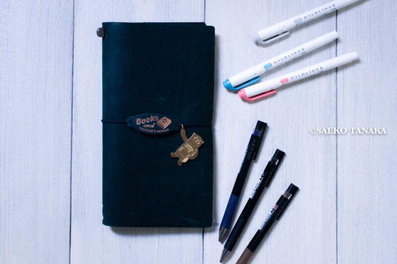 手帳会議2021|使い勝手がよく仕事にもプライベートにもブログ専用にも活用しやすい、おすすめの手帳・ノートブック(トラベラーズノートブルー・トラベラーズノート週間+メモリフィル)とペン・マーカー(パイロット ジュースアップ0.4・ゼブラ マイルドマーカー)