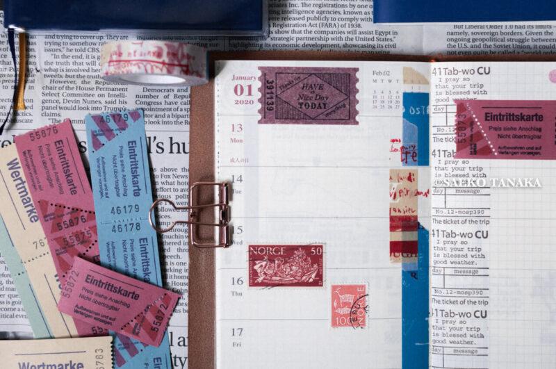トラベラーズノートカバー ブルーにセットした2020ダイアリー 週間+メモリフィル レギュラーサイズのスケジュール欄に、中目黒・東京駅のトラベラーズファクトリー店舗やおしゃれな雑貨屋で購入したスタンプ・マスキングテープ・シール・紙もので手帳デコ/コラージュをした2020年1月13日(月・祝)〜2020年1月19日(日)の見開き中身