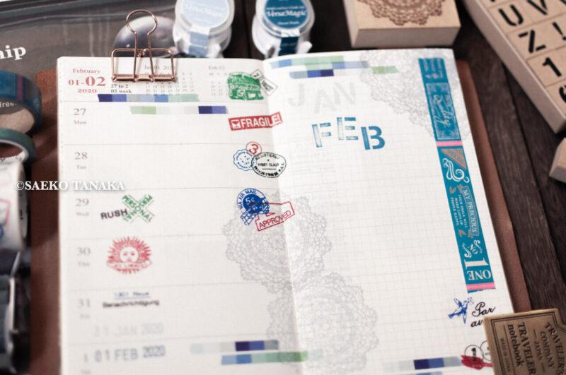 トラベラーズノートカバー ブルーにセットした2020ダイアリー 週間+メモリフィル レギュラーサイズのスケジュール欄に、中目黒・東京駅のトラベラーズファクトリー店舗やおしゃれな雑貨屋で購入したシャイニースタンプ日付印・東京アンティークのスタンプ・マスキングテープ・シールで手帳デコ/コラージュをした2020年1月27日(月)〜2020年2月2日(日)の見開き中身