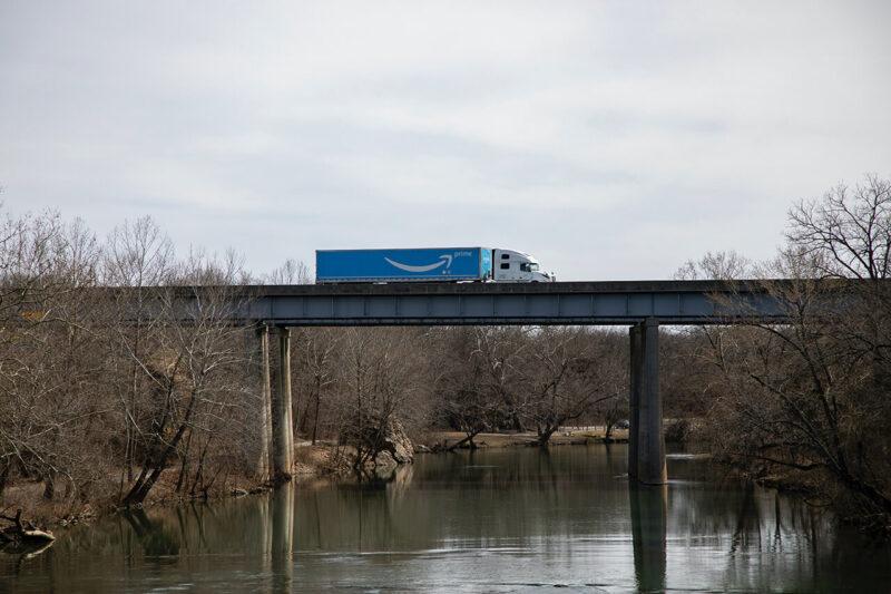 安くお得にクリスマスプレゼントが購入できる、2020年12月11日18時から開催のAmazon『年末の贈り物セール』を利用するのに便利なAmazonプライムの配送トラック