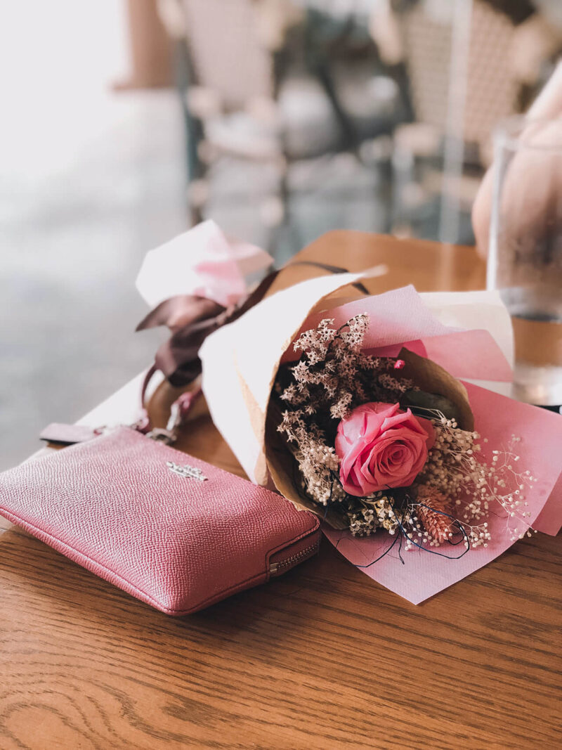 自分へのご褒美買いギフトとして女性におすすめの、おしゃれで上質で高級感のある自分へのご褒美ギフトと品のよいピンクのカラーが美しい花束