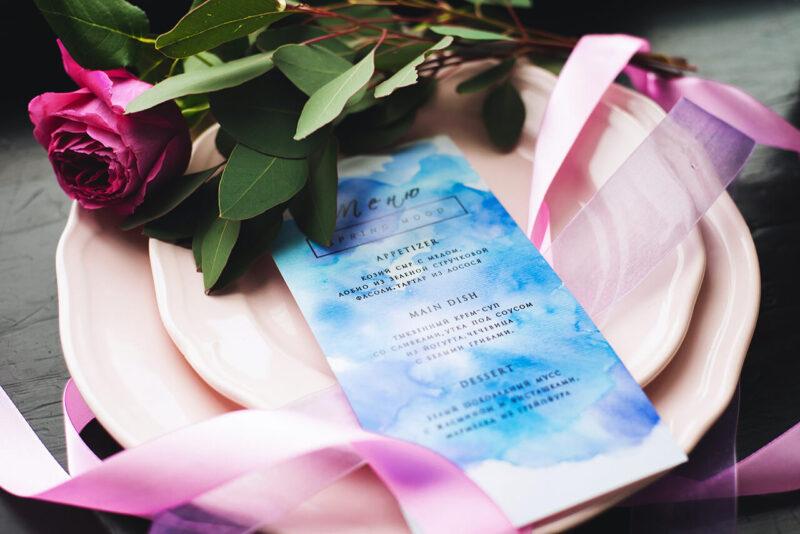 自分へのご褒美買いギフトとして女性におすすめの、おしゃれで上質で高級感のある自分へのご褒美ギフトディナーと品のよいピンクのカラーが美しい花束
